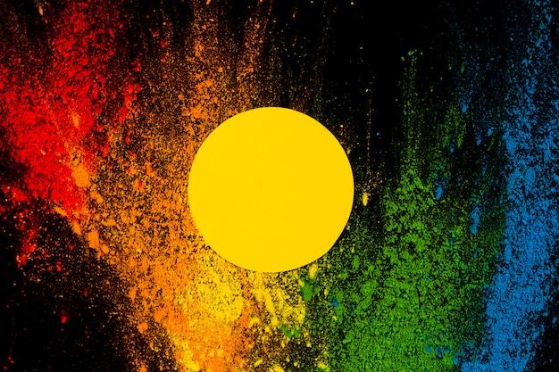 산산조각이 나 서 화려한 holi 색상 위에 노란색 프레임