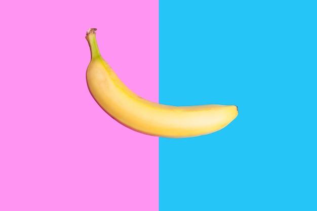 생생한 두 가지 색 배경에 노란색 신선한 바나나입니다. 최소한의 스타일. 평면도