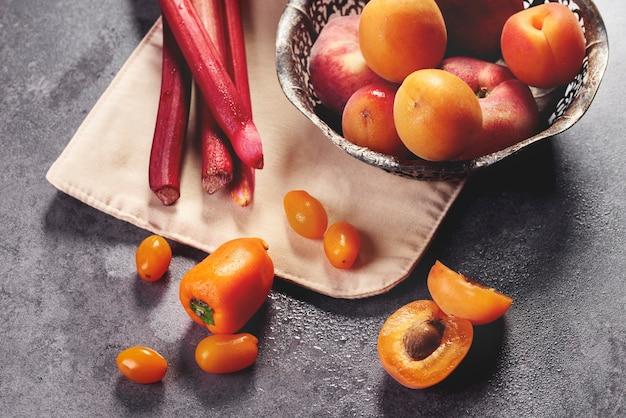 キッチンの黄色い果物と野菜