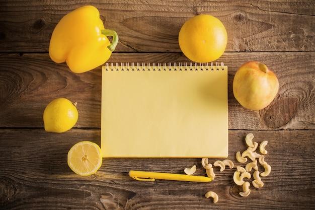 Желтые фрукты и овощи на деревянном фоне