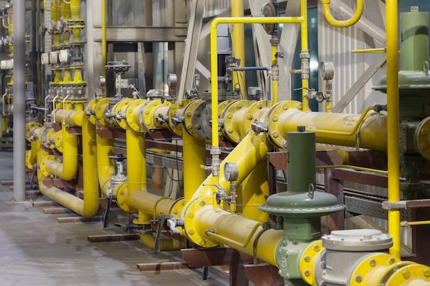 Желтая газовая трубка с датчиками в комнате