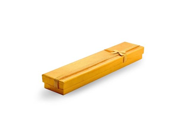 白い背景の上の黄色のギフト包装