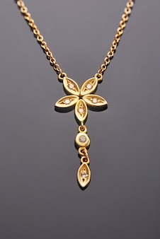 ダイヤモンドが付いた五つ葉の花の形をしたイエローゴールドのペンダント