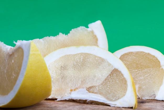 黄色のグレープフルーツスライス