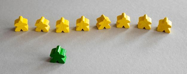 Pezzi di gioco da tavolo meeple gialli e verdi