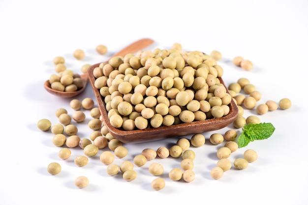 黄緑色の台湾の有機非gmo大豆、隔離された容器内の大豆、クローズアップ、クリッピングパス。
