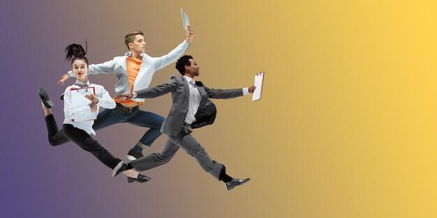 노란색 회색 해피 사무실 직원은 캐주얼 옷이나 고립 된 양복에서 춤을 점프