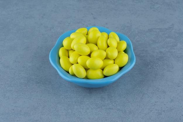 대리석 테이블에 그릇에 노란색 잇몸.
