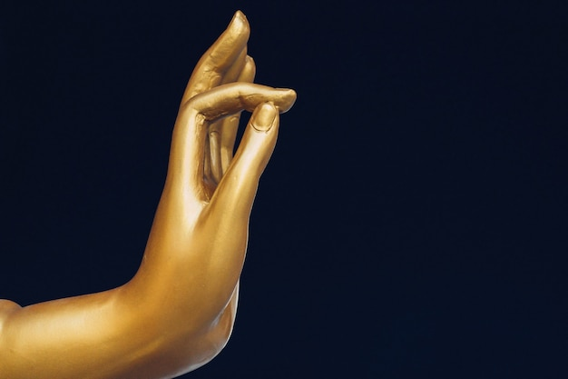 Желтая рука статуи будды