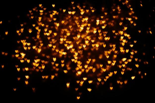 노란색 심장 모양의 흐릿한 bokeh 배경.