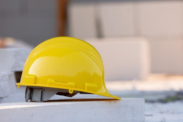 Безопасность в желтом шлеме в каске на стройплощадке
