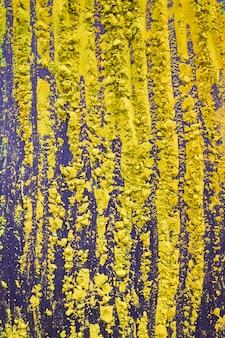 배경에 노란색 holi 축제 가루