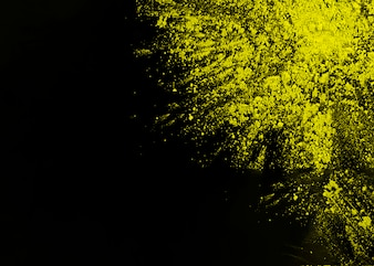 黒い表面の角に黄色いホーリーパウダー