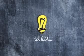 黄色のアイデア電球、黒板に