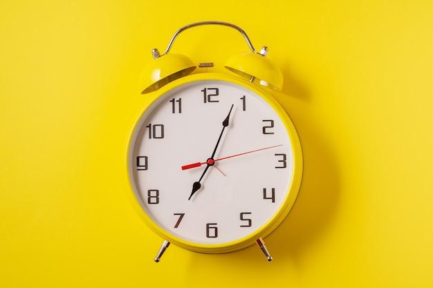 Желтый цвет подсветки будильник в стиле ретро на желтом