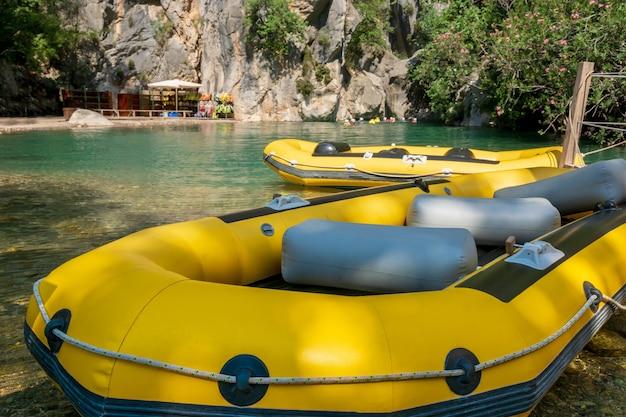 강에서 래프팅을 위한 노란색 풍선 보트 자연의 산에서 활동적인 휴식