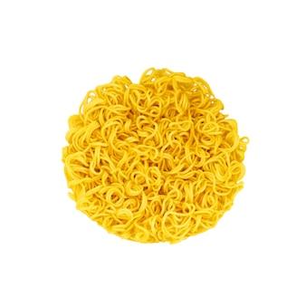 Желтая лапша быстрого приготовления изолирована