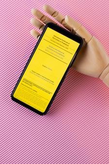 Желтый международный сертификат о вакцинации. электронное свидетельство о вакцинации на искусственную руку. концепция вакцинации