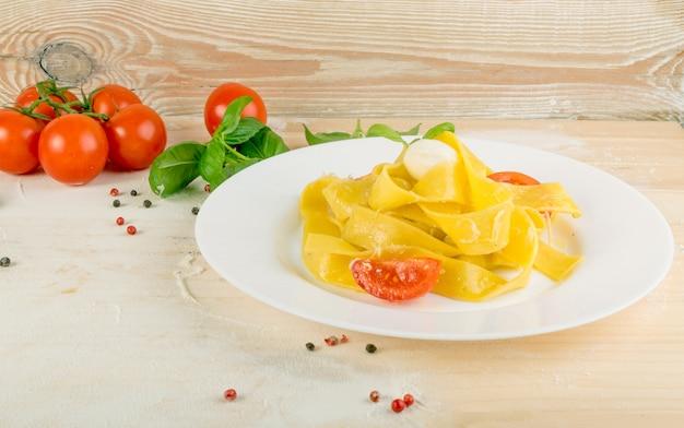 黄色のイタリアンパスタパッパルデッレ、フェットチーネ、タリアテッレ