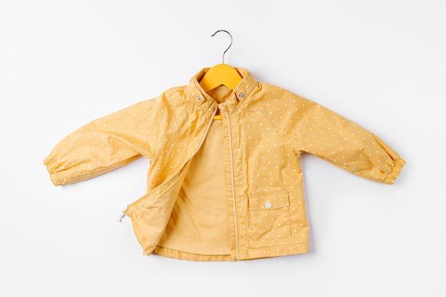 흰색 바탕에 노란색 재킷 걸이 옷걸이입니다. 귀여운 가을 아동복.