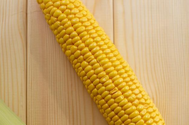Желтая сочная кукуруза kachan на деревянном фоне.