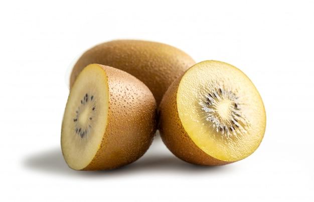 Желтые киви, изолированные от белой поверхности, летние фрукты