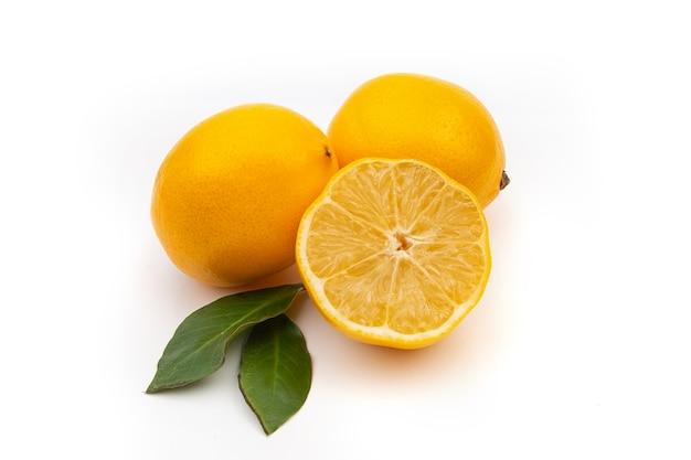 흰색 바탕에 노란색 레몬입니다. nataral 비타민, 항 인플루엔자 및 항 바이러스 성분.