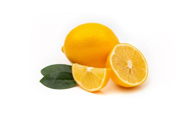 흰색 바탕에 노란색 레몬입니다. 천연 비타민, 항 인플루엔자 및 항 바이러스 성분.