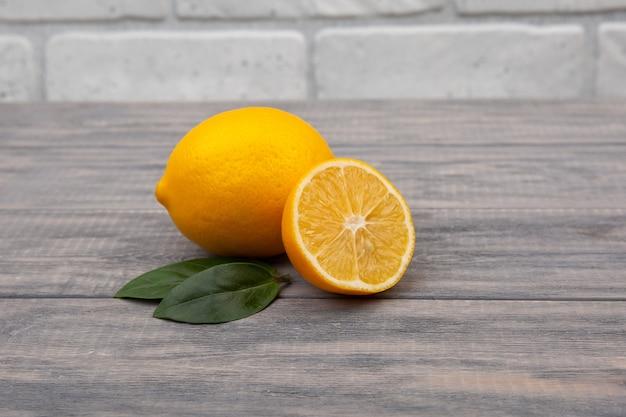 나무 바탕에 노란색 레몬입니다. 천연 비타민, 항 인플루엔자 및 항 바이러스 성분.