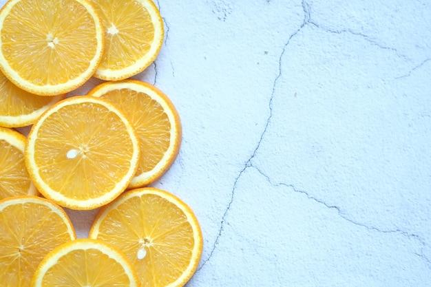 Желтый лимон на белом фоне с копией пространства