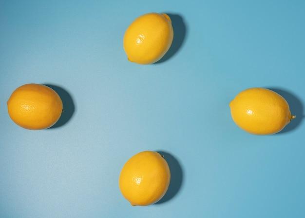 コピースペースのある黄色いレモン。柑橘系のパターン、背景