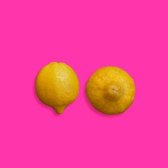 분홍색 배경 유방암 개념에 노란색 레몬