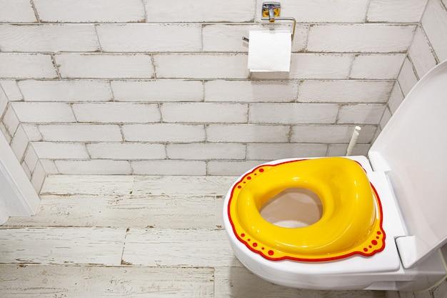 子供用便座の黄色いふた子供をトイレに慣れさせる方法白いバスルーム