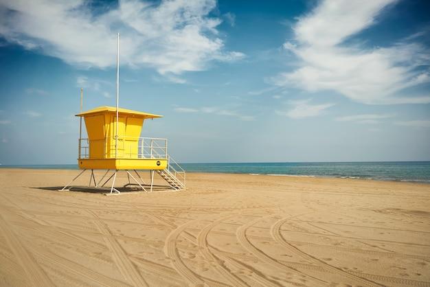 Bagnino giallo post onn spiaggia vuota
