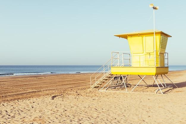 ビーチの黄色いライフガードステーション