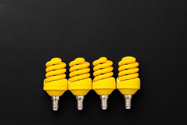 Желтые лампочки на черной поверхности вид сверху