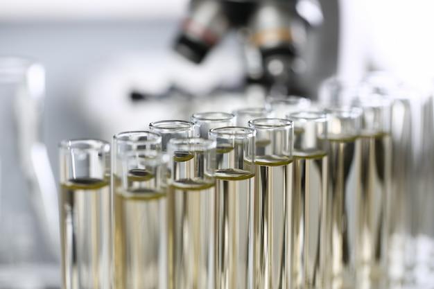 黄色の液体こぼれたガソリン添加剤の革新的な供給