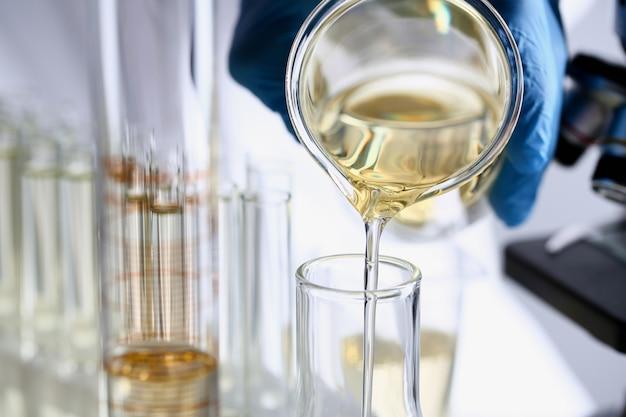黄色の液体こぼれたガソリン添加剤革新的な供給