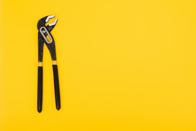 클리핑 패스와 노란색 배경에 고립 된 노란색 잠금 펜 치.