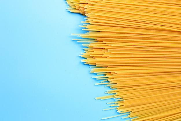 黄色の長いスパゲッティ。