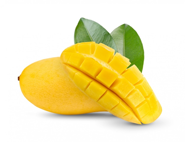 白いテーブルの上の葉で黄色のマンゴー。