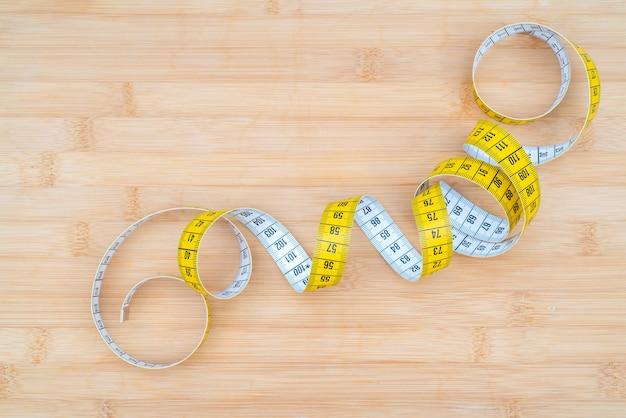 まな板の黄色の巻尺リング。健康的な生活様式。