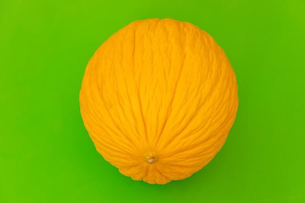 明るい緑の背景に黄色のメロン。食品のコンセプト。 (メロンフロント、セレクティブフォーカス)