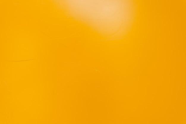 작은 흠집이 있는 노란색 금속 질감 벽입니다. 배경. 집의 벽은 노란색으로 칠해져 있습니다. 그린 렌더링 벽 배경입니다. 벽 디자인