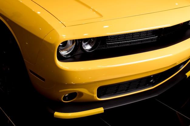 Желтый современный мускул кар - крупный план