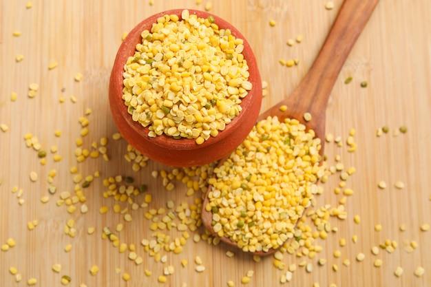 Желтая фасоль из чечевицы мунг маш дал в деревянной миске