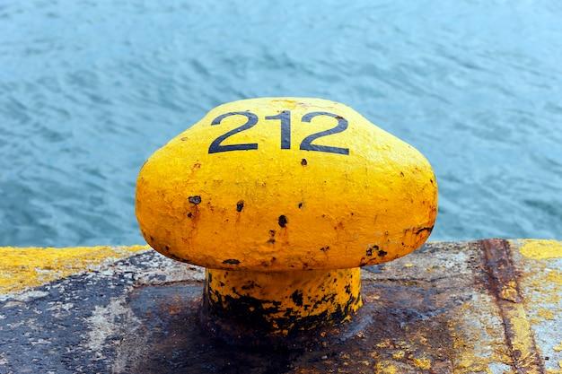 항구에서 노란색 계류
