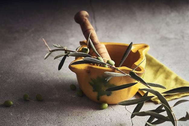 カタルーニャの典型的なアイオリソースと呼ばれるソースを作るための黄色い乳鉢。スペイン