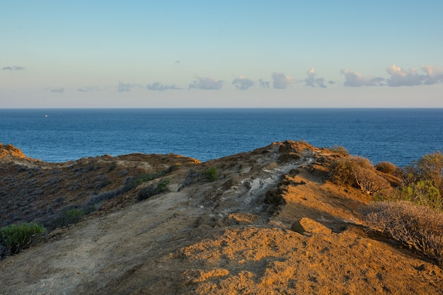 日没前の黄色い山。テネリフェ島、スペイン