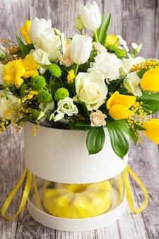 黄色のムースケーキと美しい花の大きな春のメドレー花束